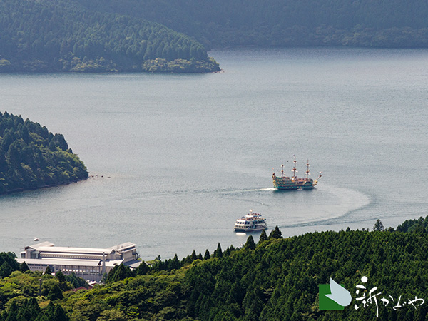 芦ノ湖を滑る遊覧船